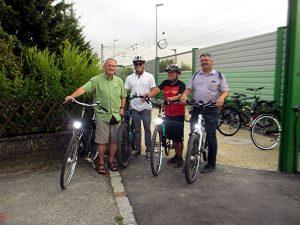 Bei der Radltour der FW-Fraktion im Markt Meitingen wurde auch den Herbertshofener Bahnhof besucht. Auf dem Bild von rechts: MGR Robert Hecht, MGR Rudi Helfert, FW-Fraktionssprecher Fabian Mehring und FLW-MGR Ernst Dittrich.