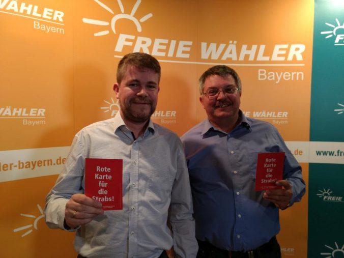 FLW-Vorsitzender Stefan Müller und Vorsitzender der FW Meitingen Robert Hecht (v. l.) bei der Landesversammlung der Freien Wähler, auf welcher die Initiierung des Volksbegehrens zur Abschaffung der Straßenausbaubeitragssatzungen beschlossen wurde.