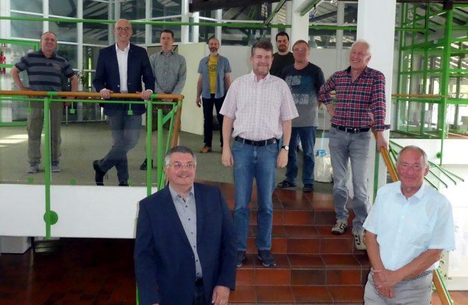 bisherige und neue Markträte der FW-Fraktion am Treppenaufgang zum großen Sitzungssaal des Rathauses Meitingen